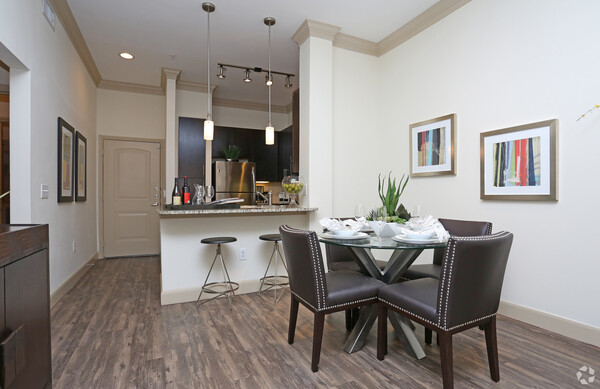 dining area at Braeswood Place Apartments