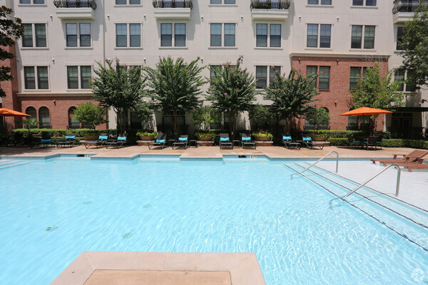 pool at Braeswood Place Apartments