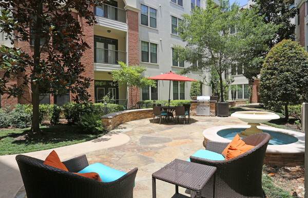 courtyard at Braeswood Place Apartments