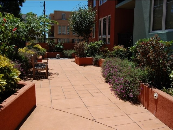 courtyard at Hillside Village Apartments