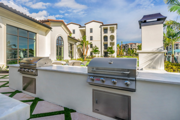 grill area at Lago Apartments