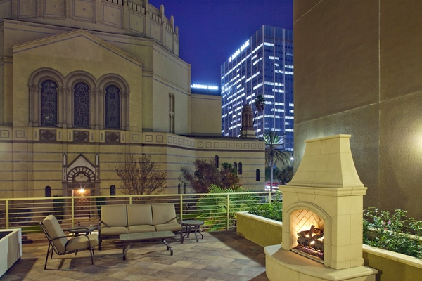 patio at Avana on Wilshire Apartments