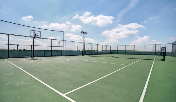 tennis court at One Plantation Apartments