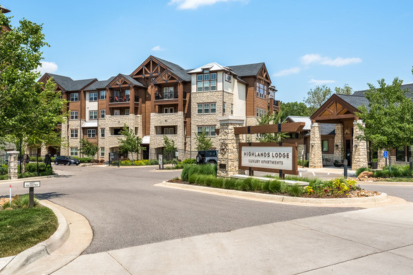exterior at Highlands Lodge Apartments