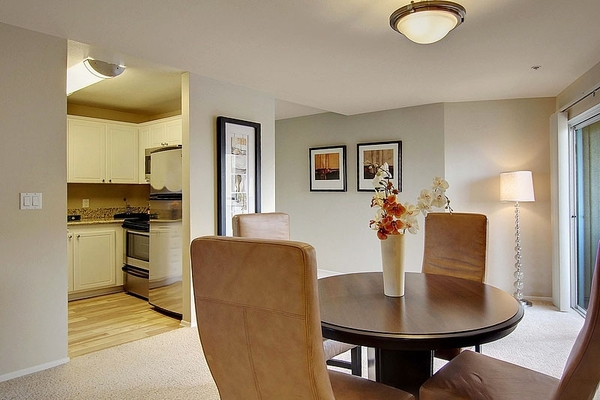 dining room at Holly Street Village Apartments