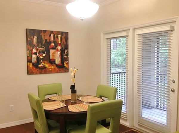 dining room at Avenue Royale Apartments