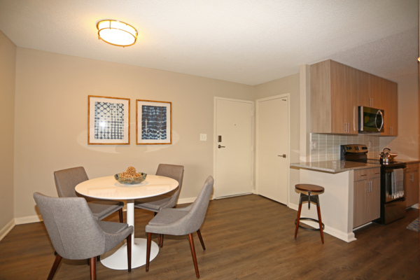 dining room at Vista Towers Apartments