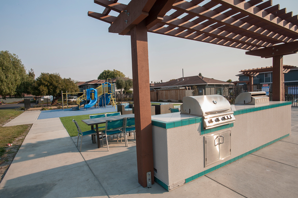 grill area at Woodside Park Apartments