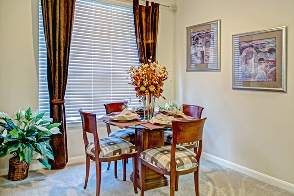 dining room at Plaza at Westchase Apartments
