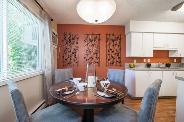 dining room at Garden Park Apartments