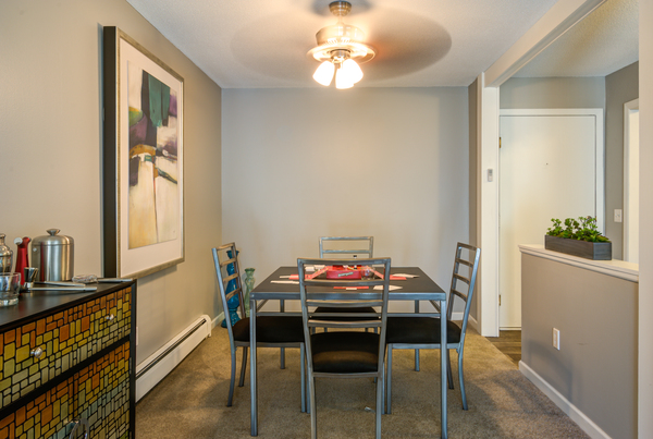 dining room at Glen at Burnsville Apartments