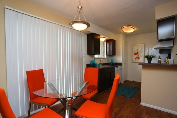 dining room at Lake Vue Apartments