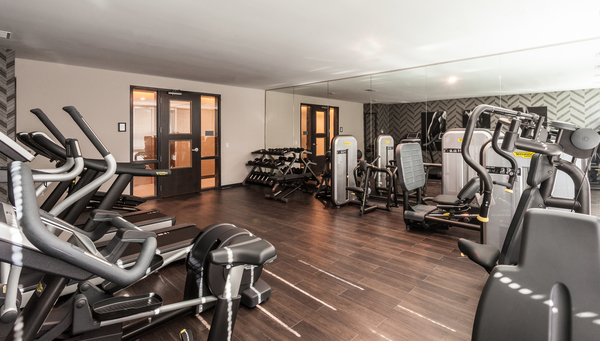 fitness center at Luxe on Chicago Apartments