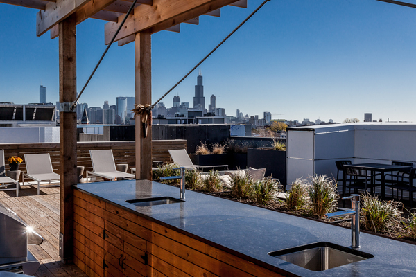 rooftop patio at Luxe on Chicago Apartments