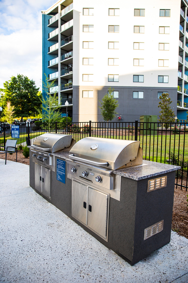 grill area at Vista Towers Apartments